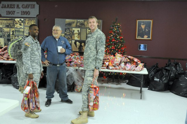Soldiers+holding+stockings+full+of+items+donated+by+organizations+like+Stockings+for+Soldiers.++