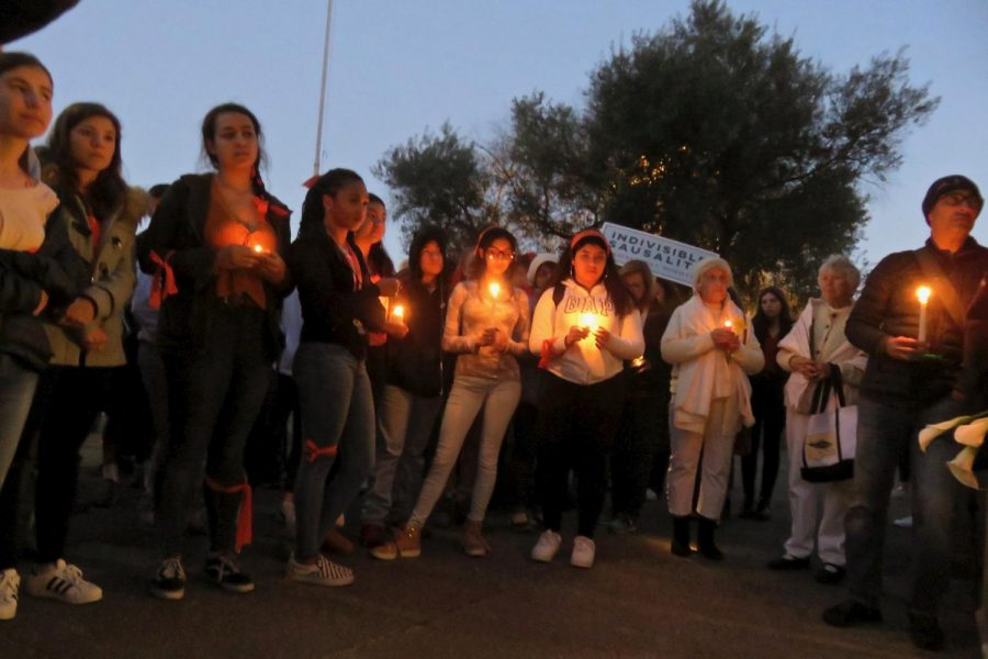 Students+at+Tam+High+School+hold+a+candlelight+vigil+for+the+victims+of+the+recent+school+shooting+in+Parkland%2C+Florida.