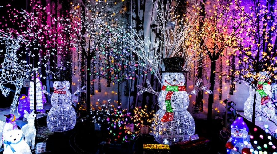 As+students+get+excited+for+the+holidays%2C+one+of+their+favorite+activities+is+to+drive+around+and+look+at+the+holiday+light+displays.