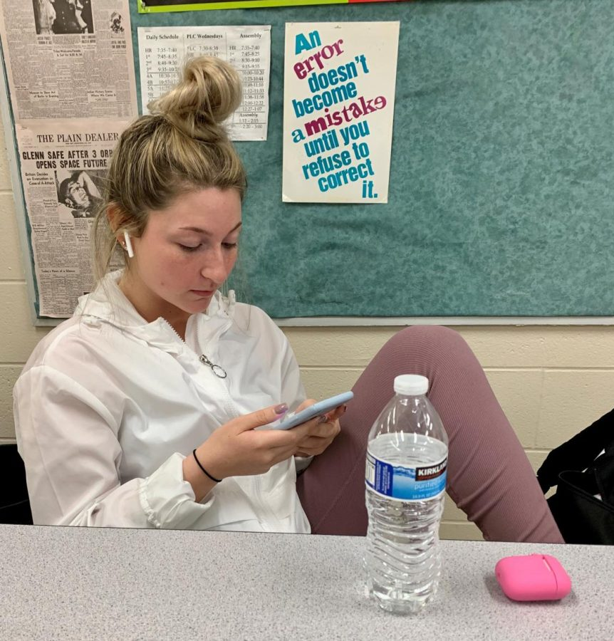 Senior+Sydney+Nicolli+spends+time+in+class+watching+TikTok+videos.+