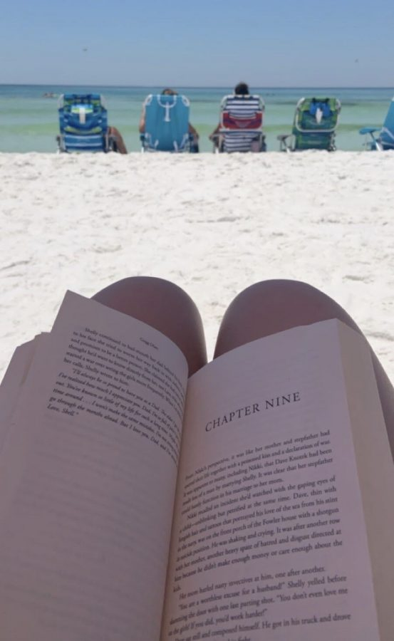 Even+when+she+vacationed+on+the+beach%2C+senior+Ella+Barth+enjoyed+taking+time+to+read.
