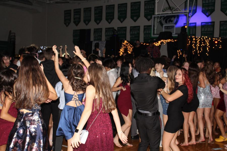 SELL OUT CROWD: Students dance in the Wood Gym to enjoy the first homecoming dance since 2019.
